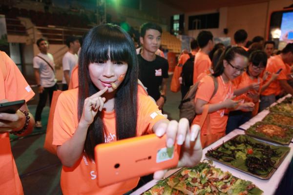 540 bạn trẻ ăn hết 50 kg côn trùng
