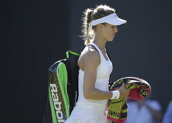Hot girl quần vợt gây xôn xao vì lộ dây áo lót đen