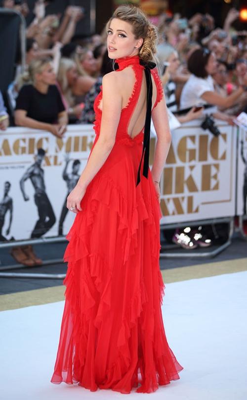 Loạt váy quyến rũ của bà xã Johnny Depp