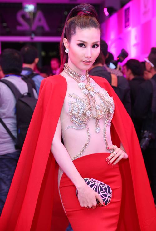 Để giúp mình tạo nên sức hút trên thảm đỏ, Diễm My 9x đã chọn váy hội có điểm nhấn ấn tượng ở thiết kế thân áo bằng vải lưới màu nude kết cườm và đá trắng cầu kỳ.