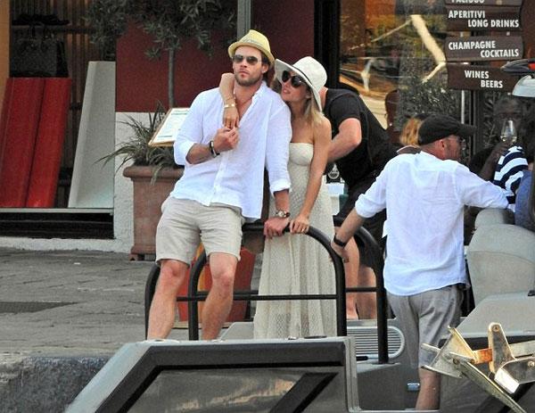 Vợ chồng Chris Hemsworth 'trốn con' đi du hí
