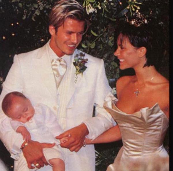 Cậu cả Brooklyn cũng chia sẻ lại khoảnh khắc ngày cưới của bố mẹ cùng lời chúc ngắn gọn.