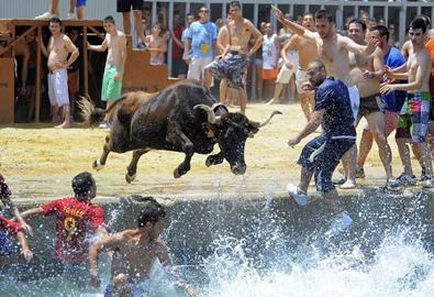 Lễ hội đấu bò bên bờ biển ở Tây Ban Nha