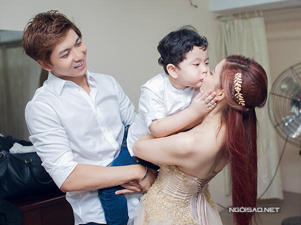 Con trai Trương Quỳnh Anh tình cảm hôn mẹ