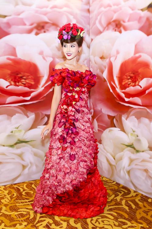 Tô Uyên Khánh Ngọc rực rỡ với váy cưới hoa hồng