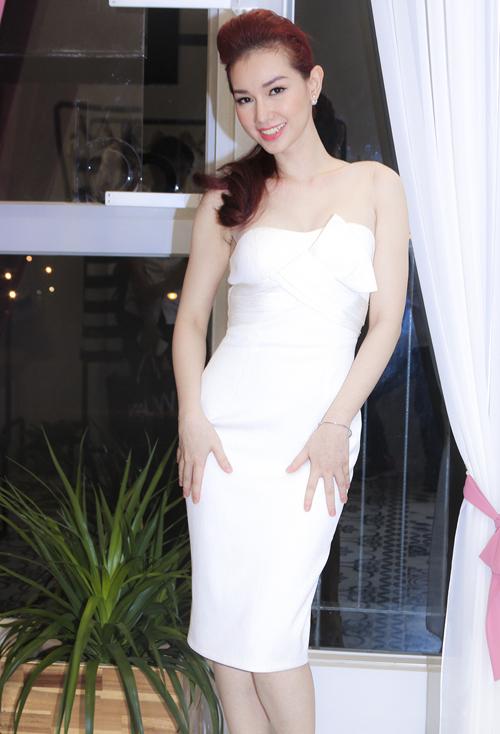 Quỳnh Chi vai trần quyến rũ đi sự kiện