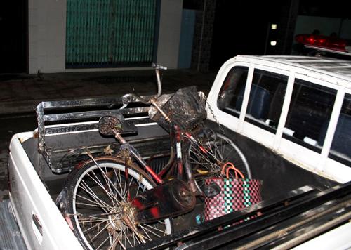 Chiếc xe đạp của bà Tư bị nước cuốn nằm trên đường. Ảnh: Hải Thuận.