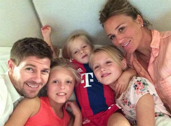 Vợ chồng Gerrard bên ba cô con gái đáng yêu.