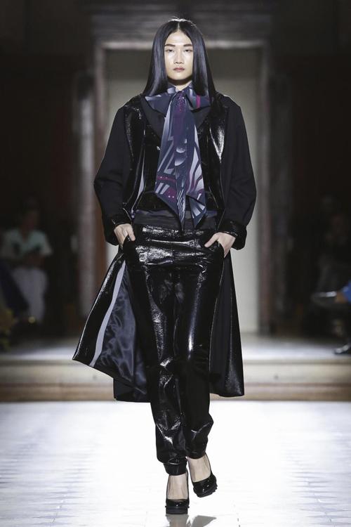 Lần đầu tiên được góp mặt trong tuần lễ thời trang danh giá được tổ chức tại Paris, Kha Mỹ Vân chứng tỏ được thực lực và tài năng trước dàn mẫu chuyên nghiệp quốc tế.
