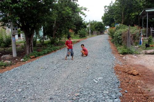 Con đường lầy lội những ngày mưa sẽ không còn và người dân cũng không còn gặp được mạnh thường quân tốt bụng bỏ ra hàng trăm triệu xây đường này. Ảnh: Phước Tuấn