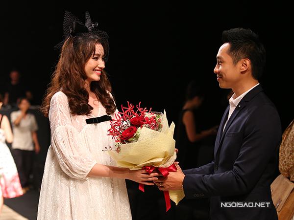 Jonh Từ lên tặng hoa cho Trúc Diễm sau khi cô đã hoàn thành vai trò vedette cho màn trình diễn của