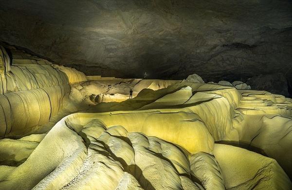 Từ làng Pak Pha Nang, bạn có thể đi thuyền và khám phá hang Tham Khoun Xe ở bất cứ thời gian nào trong năm.