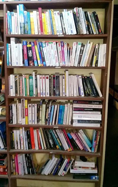 Randys Book Xchange trông như một ngôi nhà bình thường nhưng bên trong thì đầy ắp những bộ sưu tập sách. Ảnh: goodmorning-hoian.