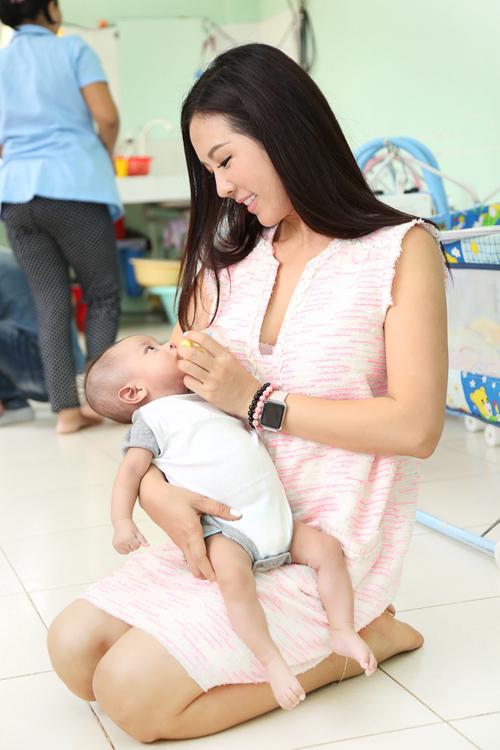 Thu Hoài dành thời gian chơi đùa, chăm sóc các bé. Chị tâm sự, ban đầu các bé thấy người lạ nên quấy khóc, nhưng khi chị bế và dỗ dành thì các bé nín ngay.