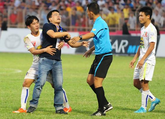 Lùm xùm trọng tài, V-League dùng 'hàng ngoại'