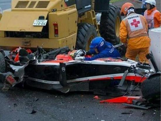 Tay đua người Pháp gặp tai nạn thảm khốc khi đâm trực diện vào một chiếc xe cẩu ở tốc độ cao.