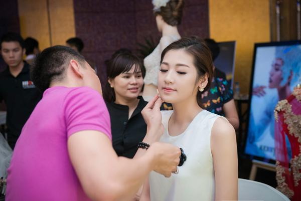Trong chương trình, Á hậu được make-up trước sự quan sát của hàng chục khán giả.