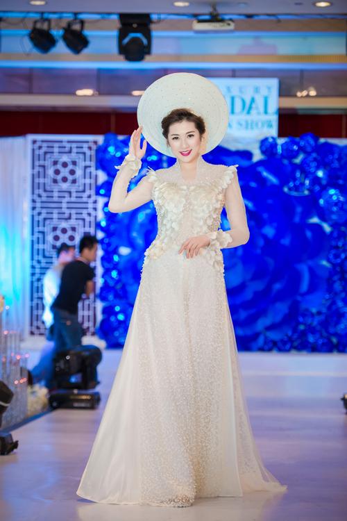 Ngoài chiếc soiree bồng bềnh, cô còn mặc áo dài cưới cách điệu.