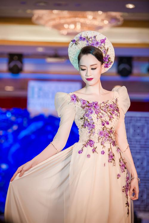 Tham gia chương trình còn có Hồng Nhung, top 10 Hoa hậu Việt Nam 2008.