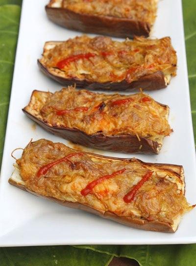 Cà tím thấm mềm, được nhồi một lớp tôm thịt nướng ngọt, dùng kèm với cơm trắng, sẽ là món ăn lạ miệng cho cả nhà.
