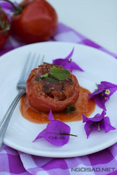 Nước sốt thấm đẫm vào phần tôm thịt chiên giòn vàng giúp món ăn trở nên đậm đà, thơm ngon.