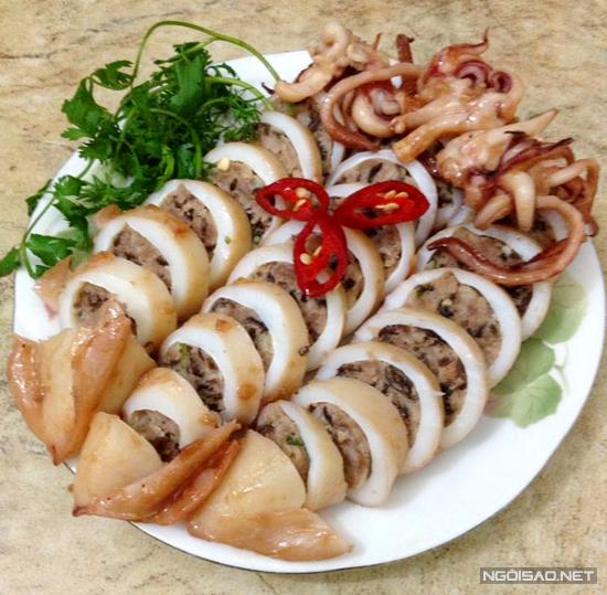 Mực giòn hơi dai bọc thịt vai băm nhỏ, chiên với nước mắm thơm phức, chấm tương ớt ăn ngon tuyệt.