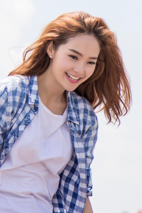 Khác với hình ảnh nàng công chúa điệu đà trên ghế nóng, khi quay MV giới thiệu về đội hình 'Bước nhảy hoàn vũ nhí 2015', Minh Hằng chọn trang phục giản