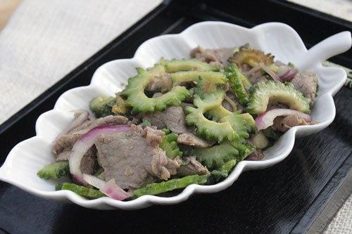 Thịt bò mềm được xào cùng với mướp đắng đã được sơ chế bớt đắng, là một gợi ý cho món xào ngon vào thực đơn bữa ăn của gia đình bạn.