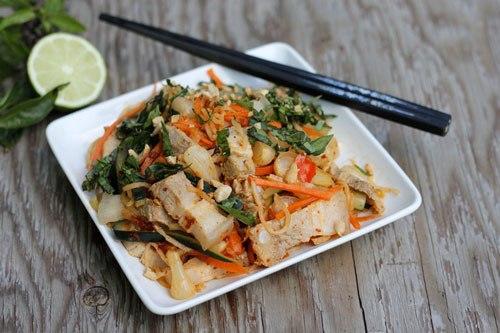 Với những nguyên liệu dễ kiếm, bạn có thể làm nộm thịt ba chỉ thập cẩm với rau củ giòn, quyện với vị chua nhẹ của chanh vị cay của ớt và lạc rang bùi bùi.