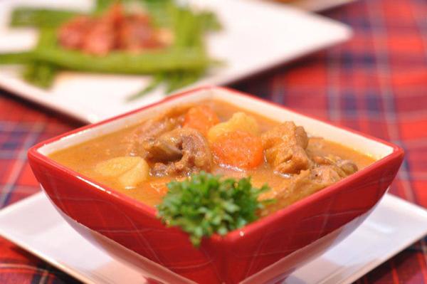 Cà ri vị hơi cay, khoai, thịt gà và cà rốt mềm thơm quyện trong nước súp sánh ngọt, kết hợp với bánh mỳ hay cơm trắng đều ngon tuyệt.