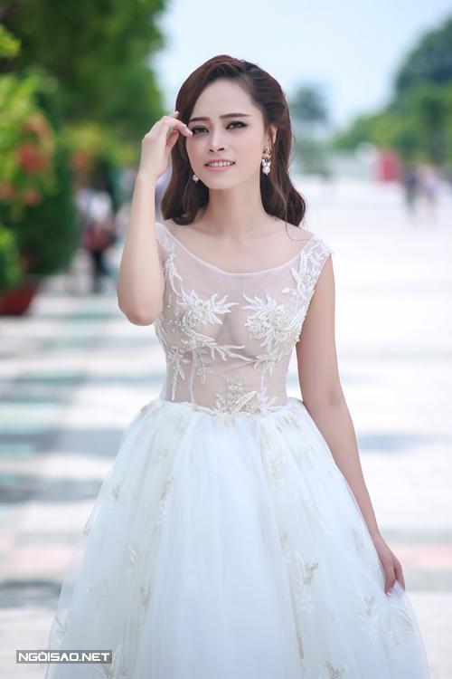 Đặng Hà Vy khoe vẻ sexy với váy cưới xuyên thấu