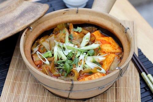 Với một chút biến đổi từ đậu phu và dưa cải chua thông thường, hãy làm mới món này khi thêm vào một ít tương ớt, ăn cay cay chua chua rất hao cơm.