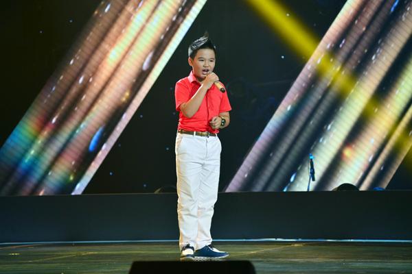 Giang Hoàng Lâm đến từ Hải Phòng thể hiện ca khúc Ô mê ly (sáng tác: Văn Phụng) với chất giọng trong sáng, khỏe khoắn và đầy bản lĩnh trên sân khấu.