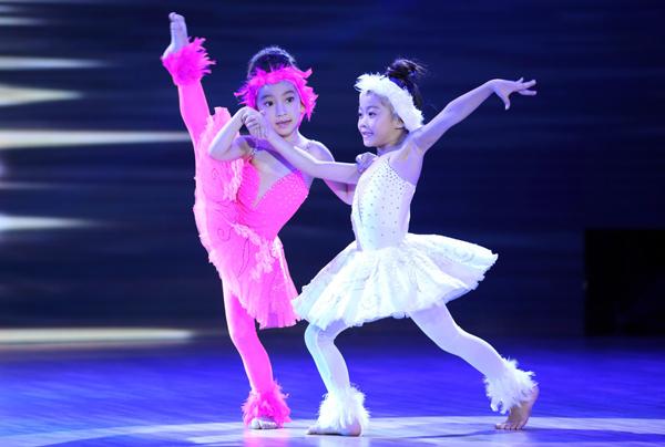 Hai bé thí sinh nhỏ tuổi nhất Hà An và Yến Trang làm hai chị em thiên nga với trang phục trắng - hồng xinh xắn trong tiết mục múa đương đại.