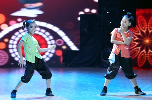 Mở màn cho đêm trực tiếp vòng Đối đầu, hai bé Như Phương và Như Minh của team Đoan Trang - Hà Lê đã thể hiện bài thi kết hợp giữa Hiphop và dance sport trên nền nhạc giai điệu quen thuộc của Bắc kim thang. Điều đặc biệt là hai bé đã thể hiện ca khúc này.
