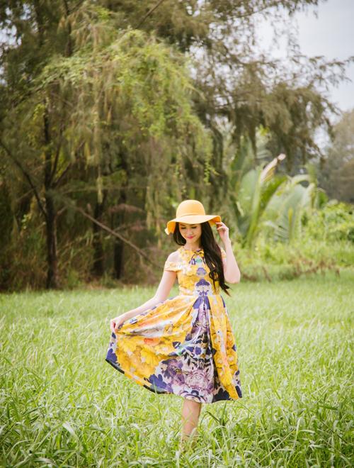 Phan Thị Mơ xinh tươi với váy áo màu nổi