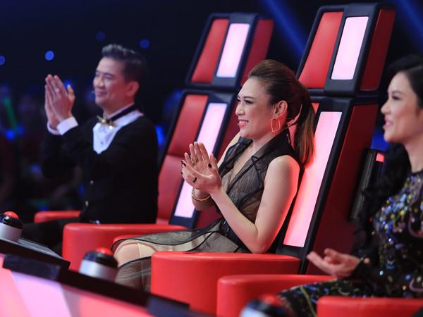 Các mẫu váy không chỉ giúp ca sĩ đẹp hơn trong mắt khán giả hâm mộ mà còn mang lại sự thoải mái cho cô trong suốt quá trình ghi hình cho chương trình.