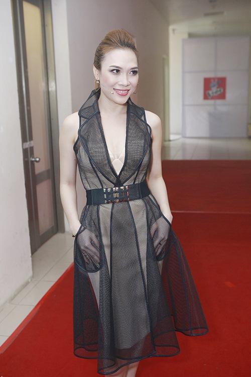 Mỹ Tâm ấn tượng với thiết kế váy măng tô được cắt may trên chất liệu vải lưới mix cùng váy quây màu nude.