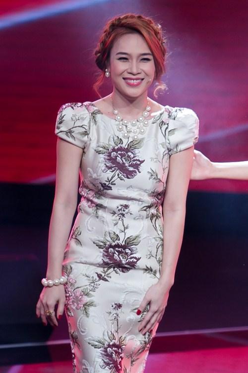 [Caption]Bên cạnh đó sự hỗ trợ của chuyên gia trang điểm Hồ Khanh, stylist Trọng Nguyên cũng đóng góp một phần không nhỏ trong việc giúp nữ giảm khảo toả sáng.