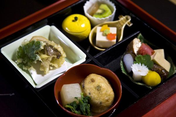Bạn nên tới những ngôi chùa hoặc nhà hàng truyền thống để thưởng thức, cũng có thể thử món ăn này ngay tại lớp học nấu ăn.