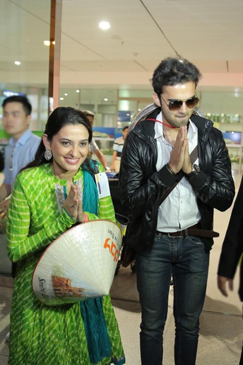 Avinash Mukherjee và Smita Bansal đã có mặt tại cửa đến quốc tế Sân bay Tân Sơn Nhất, Tp.HCM, trong sự chào đón cuồng nhiệt cùng niềm vui vỡ òa của người hâm mộ. Vừa trải qua một chuyến bay dài khá dài nhưng nữ diễn viên Smita Bansal vẫn xuất hiện rất rạng rỡ, chị tươi cười vẫy chào fan và người hâm mộ có mặt tại sân bay.