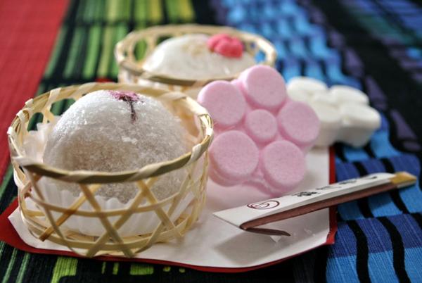 Các món bánh kẹo ở Nhật Bản thường được chế biến thủ công nhưng rất ngon.