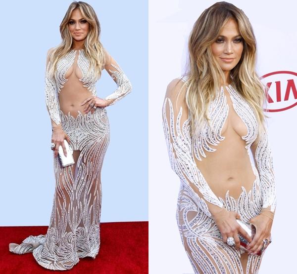 Năm nay, giám khảo American Idol rất nhiều lần làm dân tình nóng mắt cùng các thiết kế hở bạo liệt. Sau bộ váy Versace ở Met Gala là trang phục Charbel Zoe cô diện ở Billboard Music Awards (trong hình).