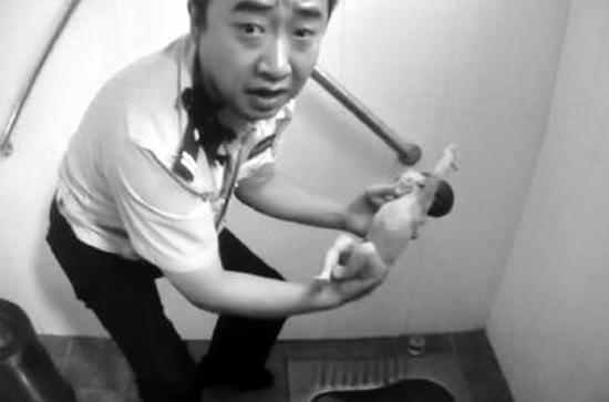 Bé sơ sinh bị vứt trong toilet công cộng ở Bắc Kinh