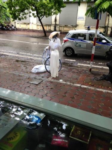 'Cô gái thiên thần' gục trên hè phố Hà Nội