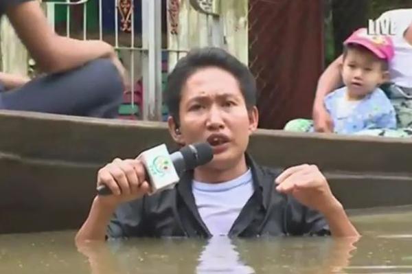 Phóng viên lội nước tới ngực để đưa tin lũ lụt