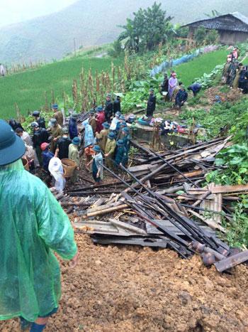 Nửa quả đồi sạt lở, vùi gia đình 10 người ở Cao Bằng