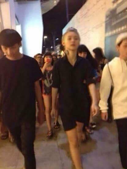 [Caption]Hứa Vy có mặt tại phố đi bộ Nguyễn Huệ đúng giờ hẹn, kéo theo đám đông bạn bè và những người hiếu kỳ, bu lại xem. Cô đăng tải trên Facebook rằng đối thủ của mình chưa có mặt.