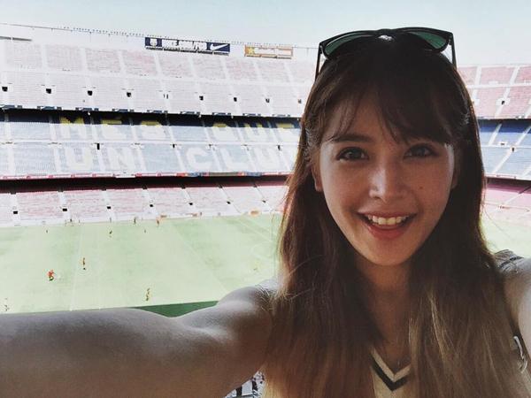 Chi Pu phấn khích khi có mặt ở sân vận động Camp Nou - sân nhà của đội tuyển Barcelona.