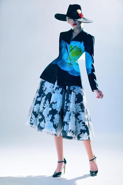 Chân váy xoè với những cánh hoa đại đoá được phối cùng áo vest đen gợi nhớ hình ảnh sang trọng của những quý cô ở những thập niên 60.